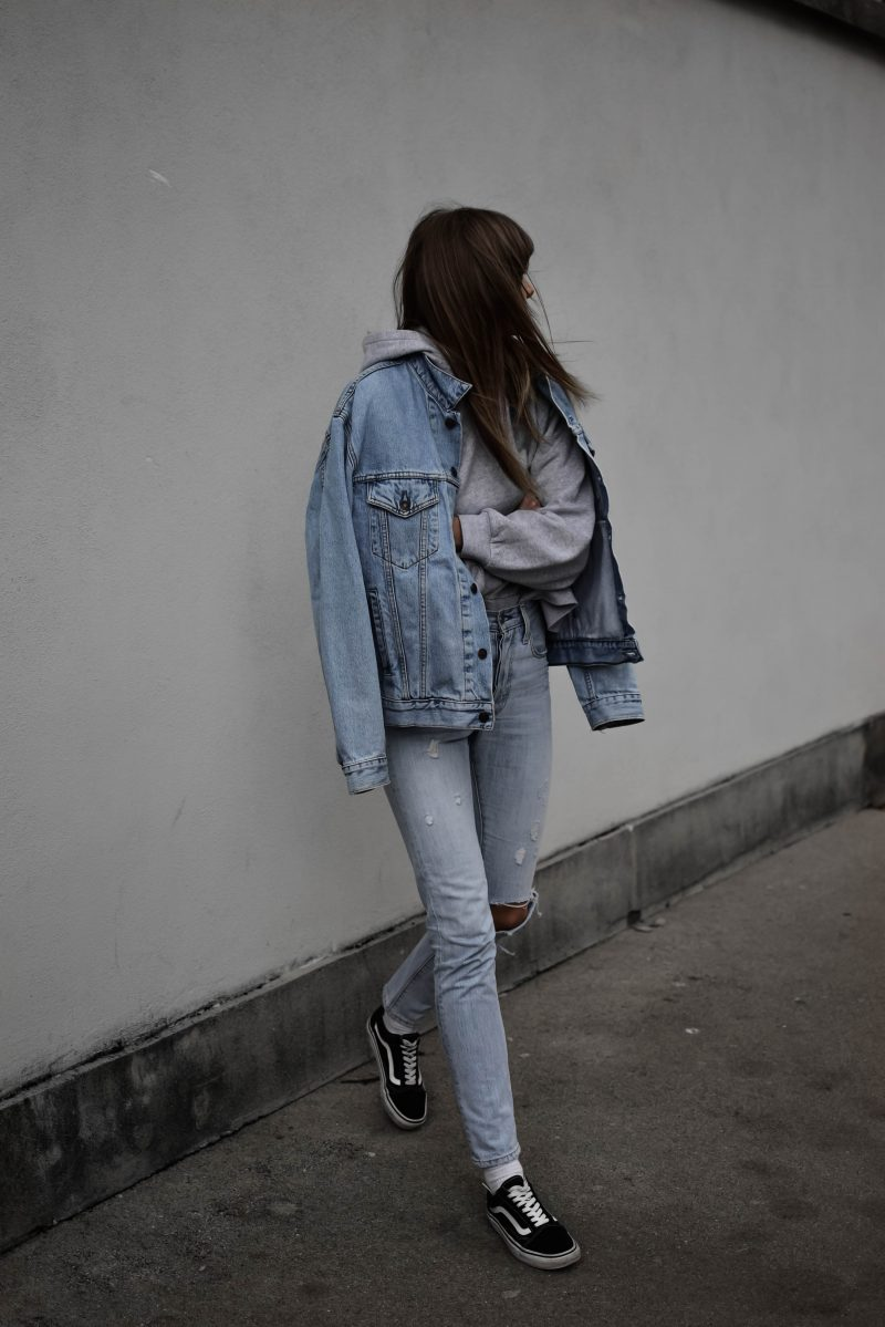 sezane pacey sweatshirt grey oversized hoodie levi's 501 skinny jeans vintage jacket outfit