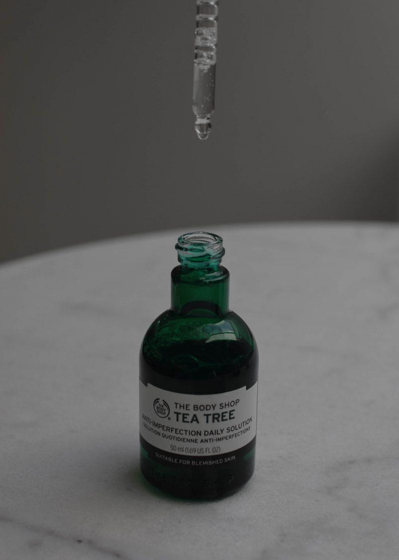 the body shop tea tree review, ocena, čajevec serum, olje čajevca, serum za kožo, problematična koža, serum za akne, olje čajevca za akne mozolje