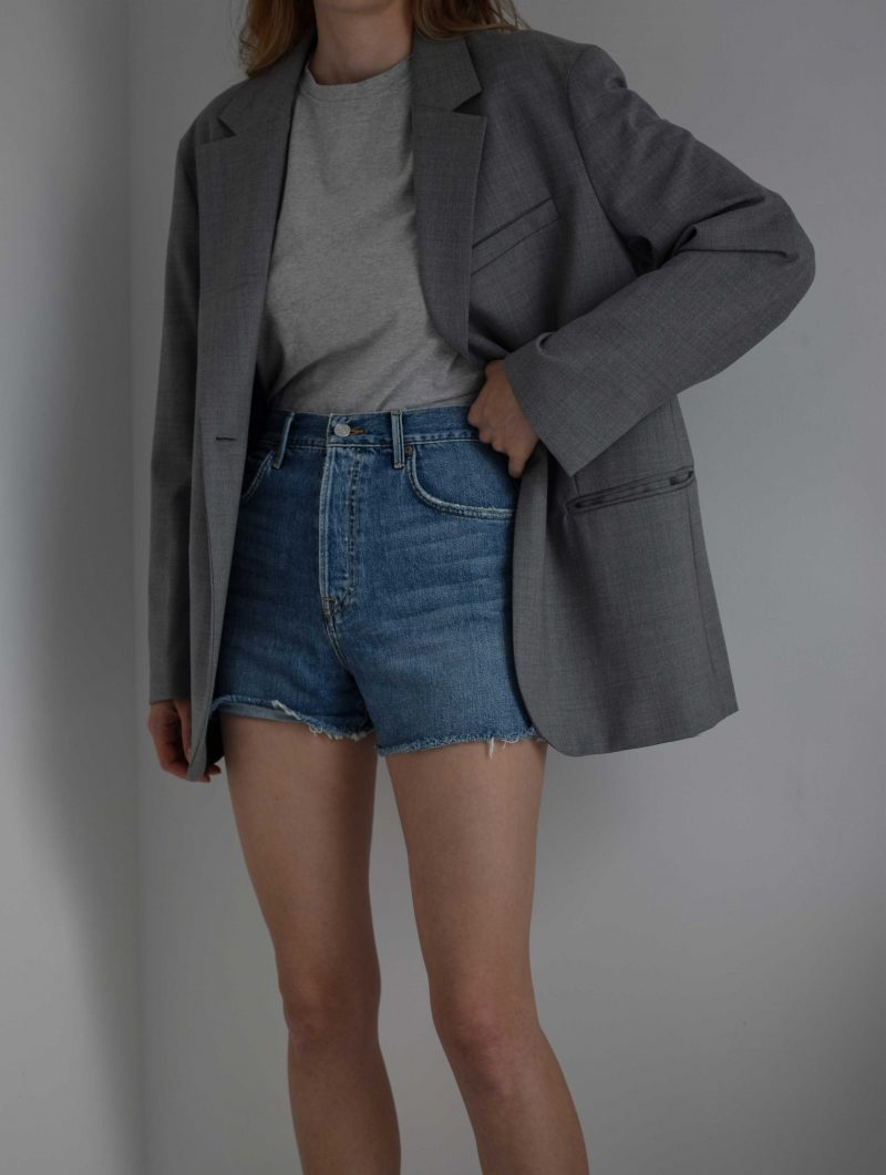 katarinavidd katiquette grlfrnd denim shorts, perfect highwaisted denim shorts for summer, revolve jeans, revolve review, arket hoopsack grey blazer, minimal style outfit